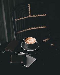 Great ways to make authentic Italian coffee and understand the Italian culture of espresso cappuccino and more! Coffee Wine, Coffee Latte, Coffee Drinks, Coffee Shop, Coffee Cups, Starbucks Coffee, Coffee Lovers, Coffee Maker Machine, Cappuccino Machine