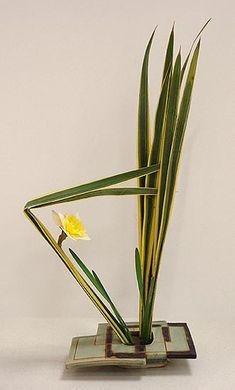 Ikebana Class Creative Flower Arrangements, Modern Floral Arrangements, Ikebana Flower Arrangement, Ikebana Arrangements, Peonies Garden, Flowers Garden, Ikebana Sogetsu, Flower Art, Cactus Flower