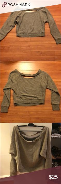 Cutout cropped sweater Gray sweater with a cutout at the neck. Very cute and great condition! Solemio Sweaters