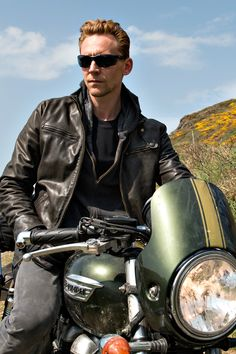 Tom Hiddleston as Jonathan Pine in The Night Manager. Full size image: http://ww1.sinaimg.cn/large/6e14d388gw1f34garr7flj23no2fvqvc.jpg Source: Torrilla, Weibo