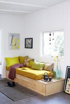 Gæsteseng og sofa i ét er den perfekte løsning, når pladsen er trang, som i sommerhuset, hvor denne sofabriks hører til. Og du kan sagtens bygge den selv. Få vejledningen her.