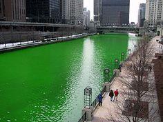 À Chicago, le jour de la fête de la Saint-Patrick, la rivière Chicago est teinte en vert.