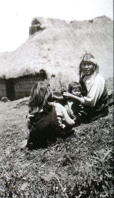 """Madre mapuche con sus hijos frente a su ruka, 1930. Fotografía de Roberto Gerstmann (1896-1960?). En: """"Roberto Gerstmann: Fotografías, paisajes y territorios latinoamericanos"""". Alvarado Pérez, Margarita. Editorial Pehuén. 2009."""