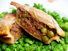 These super delicious, lightly spiced Lamb Curry Pies are super easy to make in the oven or the pie maker. Lamb Pie Recipes, Meat Recipes, Indian Food Recipes, Cooking Recipes, Ethnic Recipes, African Recipes, Pudding Recipes, Curry Recipes, Curry Pie Recipe