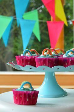 Erinnert ihr euch an den Regenbogenkuchen , den ich meinem kleinen Fräulein letztes Jahr zum Geburtstag gebacken habe? Rezept und Anleitung... Birthday Candles, Food And Drink, Diy Crafts, Desserts, Blog, Kids, Cakes, Vegane Rezepte, Unicorn Birthday