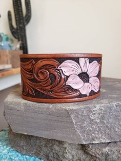 This Pin was discovered by Savannah Calvert. Discover (and save!) your own Pins on Pinterest. Leather Art, Painting Leather, Leather Cuffs, Leather Earrings, Leather Tooling, Leather Jewelry, Denim And Lace, Mandala Pattern, Antique Copper