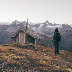 You can find cute little chapels like this on top of the highest mountains in Switzerland. Nature Photography, Travel Photography, Zermatt, Switzerland, Wanderlust, Photoshoot Fashion, Sun Moon, Mountains, Landscape