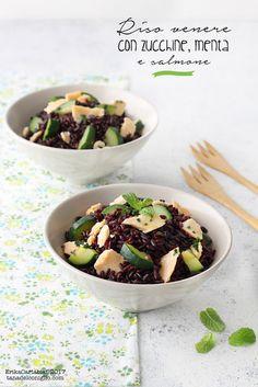 Il riso venere con zucchine, menta e salmone è un piatto unico che unisce gusto e semplicità in un mix profumatissimo. Un primo che può essere gustato freddo o caldo, a seconda delle esigenze, e che r