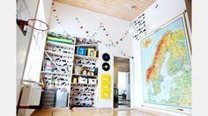 Luftigt. Seths sovrum på övervåningen har en helt otrolig takhöjd och härligt ljusinsläpp från ett väl tilltaget fönster. | Bild: Josefin Wiklund