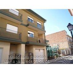 Venta vivienda unifamiliar adosada en Geldo en la calle Almazara. Vivienda seminueva compuesta de planta baja, 2 alturas y buhardilla. Con calefacción de gasoil. 168.000 €