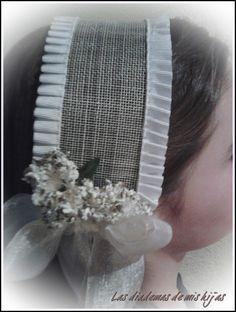Las diademas de mis hijas.Tocado comunión Ribbon Art, Ribbon Bows, Communion Dresses, How To Make Diy, First Communion, Baby Headbands, Hair Band, Embroidery Designs, Hair Accessories