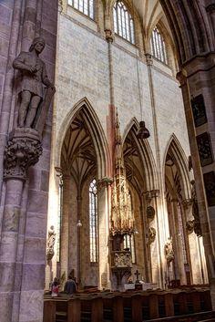 Blick in das Mittelschiff des Ulmer Münsters, mit der Kanzel und dem Münsterbaumeister Ulrich von Ensinger April | Fotoimpressionen Ulm Neu-Ulm ulm-kalender.de Die April Motive des Foto Kalenders Impressionen Ulm
