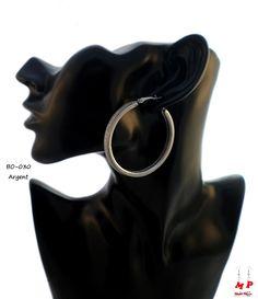 Boucles d'oreilles anneaux argentés avec paillettes argentées. Diamètre: 4,9cm.