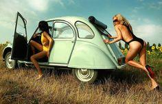 Une citroen 2CV accompagnée de demoiselles resplendissantes. À découvrir sur renov2cv.com