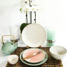 Pastel kleurige kommen, borden,  theekopjes en theepotten van Oriental Selection. www.towntje.nl