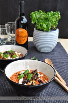 Due bionde in cucina: Pappa al pomodoro con melanzane alla griglia, olive nere e feta