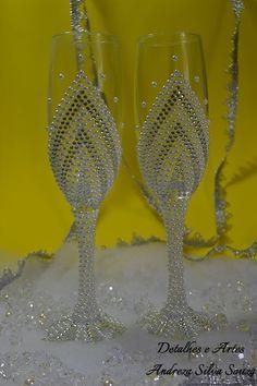 Taças decoradas com strass e pérolas: lindas, charmosas e elegantes, com toda a certeza elas serão um dos detalhes inesquecíveis do seu casamento!