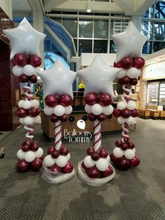Star topped columns for the grand opening of Pret A Manger at Ogilvie Transportation Center in Chicago!   Balloons by Tommy   #balloonsbytommy