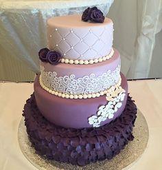 Samstag ist Hochzeitstortentag..  Hier wieder ein wunderschönes Exemplar in… (Cake Fondant)