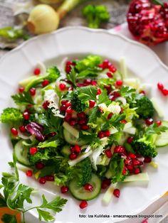Sałatka na zielono z granatem. Detox dzień 4 | Smaczna Pyza Raw Food Recipes, Salad Recipes, Vegetarian Recipes, Healthy Recipes, Vegan Gains, Easy Food To Make, Tasty Dishes, Food And Drink, Healthy Eating