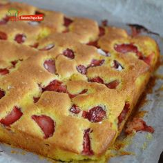 Pastry with yoghurt and strawberries / Yogurt and fruit cake Fruit Recipes, Baking Recipes, Cake Recipes, Dessert Recipes, Romanian Food, No Cook Desserts, Bakery, Deserts, Good Food