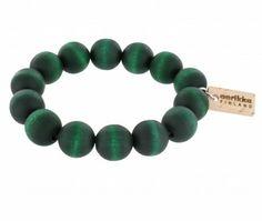 Handgefertigtes Armband aus Holzperlen der finnischen Manufaktur AARIKKA. #Armband #Holzschmuck #stilvoll #zeitlos #elegant #dunkelgrün #nachhaltig