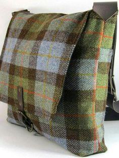 tweed plaid messenger --sewing inspiration for men Purse Patterns, Sewing Patterns, Pochette Diy, Estilo Hippie, Diy Handbag, Harris Tweed, Fabric Bags, Quilted Bag, Cute Bags