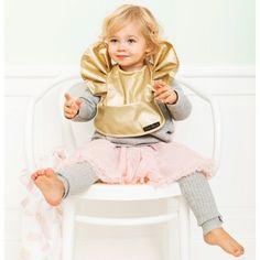 Le bavoir plastifié Moon Baloon par Elodie Details avec sa large taille et sa poche attrape-tout protége efficacement les vêtements du bébé.