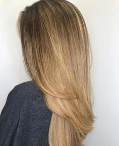 Go in a different direction from the usual way of wearing a balayage. Show off a marvelous color blend with these trendy balayage on straight hair looks! Red Balayage Hair, Balayage Straight Hair, Blonde Balayage Highlights, Brown Balayage, Pretty Hairstyles, Straight Hairstyles, Dark Brown Hair With Caramel Highlights, Dark Hair, Hair Looks