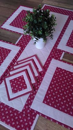 - patchwork Radka #Patchwork #Radka Patchwork Table Runner, Table Runner And Placemats, Table Runner Pattern, Quilted Table Runners, Dining Table Cloth, Sewing Crafts, Sewing Projects, Place Mats Quilted, Quilted Table Toppers
