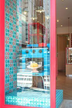Adesivação de paredes para vitrine da Boleria Bolo ao Forno. Os adesivos personalizados permitiram criar um ambiente retrô para a decoração da loja.
