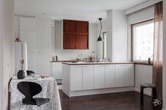 Tyylikkäästi vanhaa kunnioittaen remontoitu harmonisensävyinen keittiö.