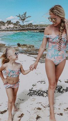 Sav and Everleigh Labrant summer beach swimsuits Savannah Soutas, Cole And Savannah, Cute Family, Beautiful Family, Cute Little Girls, Cute Kids, Mommy And Me Outfits, Cute Outfits, Mini Me