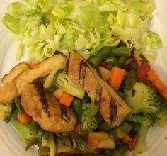 Pechuga, vegetales y ensalada verde