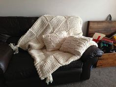 Gorgeous Chunky Knitted Sofa Set   Throw and Two Feather