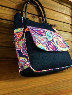 Linda Bolsa inspirada na Frida Kahlo!! Confeccionada em jeans e tricoline, forrada com manta resinada quiltada e forrada com tecido de algodão, bolsão no verso e bolsinhos nas laterais na bolsa,as aplicações da frente da bolsa são bordadas. Mede aproximadamente: 35 x 35 x 12 cm de profundidade...