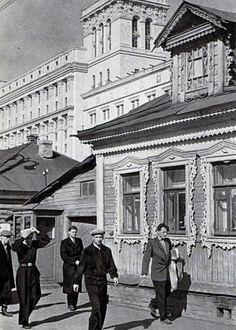 У станции метро Сокол. Резное узорочье частных домиков и мощь только что построенного космического НПО Алмаз (тогда оно ещё так не называлось).  Источник: http://www.kulturologia.ru/blogs/210216/28542/