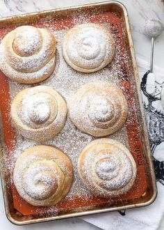Mallorca bread (pan de mallorca) is Puerto Rican sweet rolls. They are plump, fluffy, buttery rolls dusted with powdered sugar. Bread Recipes, Cake Recipes, Dessert Recipes, Baking Recipes, Funnel Cakes, Mallorca Bread, Biscotti, Buttery Rolls, Pastries