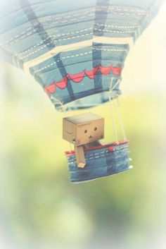 Danbo in a hot air balloon Danbo, Smile Wallpaper, Wallpaper Backgrounds, Iphone Wallpaper, Wallpapers, Miss Piggy, Cardboard Robot, Box Robot, Amazon Box
