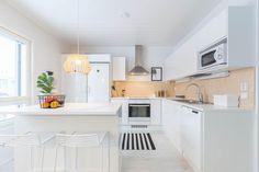 Keittiön välitilassa on trendikästä ja kaunista vaneria, joka tuo kivasti lämpöä valoisaan ja raikkaan valkoiseen keittiöön.