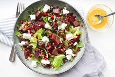 Deze snelle lunch salade met linzen, bietjes, feta en granaatappel zet je binnen 15 minuten op tafel. Inclusief zelfgemaakte suikervrije appel vinaigrette!