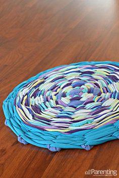 Hula Hoop Rug Tutorial: A fun rug to make with kids! Uses a hula hoop and old t-shirts to create a small circular rug. Hula Hoop Tapis, Hula Hoop Rug, Carpet Squares, Arts And Crafts, Diy Crafts, Diy Carpet, How To Clean Carpet, Rug Making, Fabric Scraps