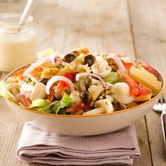 Salade met andijvie, gemengde paddenstoelen, noten en oude kaas