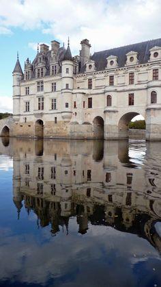 Le château de Chenonceaux enjambe le Cher . France