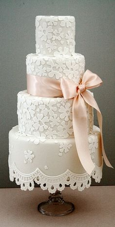 ☆ Wedding cake ☆ This is gorgeous with the white detailed flowers on it.  I thought they were shamrocks at first, but I guess not.  ᘡɳᘠ