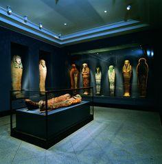 Mystik. Dybt nede i mørket er der frit udsyn til to mumier og sarkofagerne. her kan digtes med på den dødes liv og efterliv. - Foto: Ole Haupt (Ny Carlsberg, Egyptisk Samling)