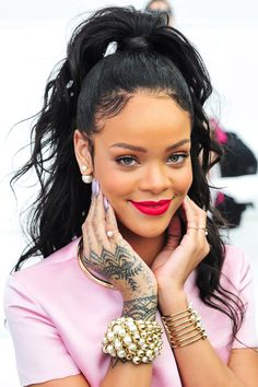 "Rihanna's Tattoos Rihanna has over 20 tattoos. She has admitted that tattoos for her are like an addiction. ""I like hanging out in tattoo shops"" Rihanna has said. Moda Rihanna, Rihanna Mode, Rihanna Style, Rihanna Fenty, Ponytail Hairstyles, Straight Hairstyles, Cool Hairstyles, Messy Hairstyle, Hairstyle Ideas"