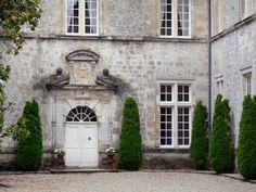 Le château de Cazeneuve - Guide tourisme, vacances & week-end en Gironde -Classé Monument Historique, le château de Cazeneuve, à Préchac, domine majestueusement les gorges du Ciron. Ancienne résidence des rois de Navarre, cet édifice médiéval entouré de douves sèches, transformé en demeure de plaisance au XVIIe siècle, fut autrefois la propriété du roi Henri IV et de la reine Margot. Aujourd'hui entièrement restauré, le château royal de Cazeneuve ouvre ses portes à la visite de Pâques à la…