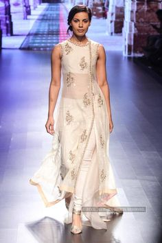 Deepti Gujral walks the ramp for designer Anushree Reddy on Day 3 of the Lakme Fashion Week 2016 held in Mumbai - Photogallery