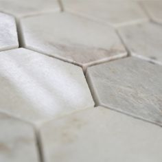 Datorita formei si culorii albe, Mozaicul din Marmura White Hexagon de 4.8×1 cm poate fi folosit in special in designul interior.